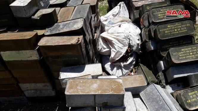 Vũ khí trang bị thu được từ lực lượng Hồi giáo cực đoan ở Hama. Ảnh SANA