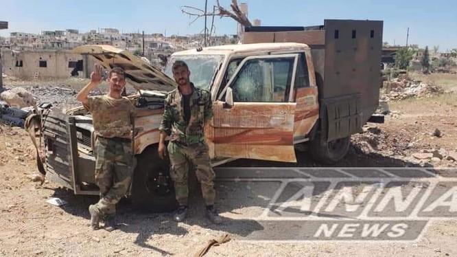 Binh sĩ sư đoàn Tiger bên một chiếc xe bán tải cơ giới vừa bị đánh hỏng của thánh chiến ở Hama. Ảnh South Front
