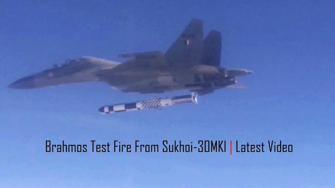 Máy bay tiêm kích đa nhiệm Su-30 MKI phóng tên lửa BrahMos - A. Ảnh video National Defence India