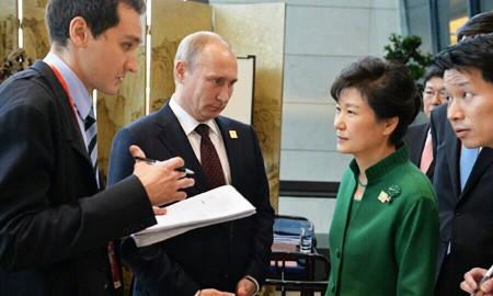 Bà Park Geun-hye và ông Putin.