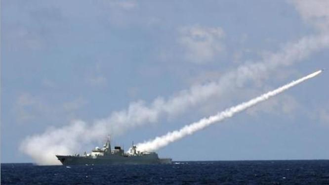Từ ngày 5 - 11/7/2016, 3 hạm đội lớn Hải quân Trung Quốc tổ chức tập trận bất hợp pháp ở vùng biển phía đông đảo Hải Nam và vùng biển quần đảo Hoàng Sa của Việt Nam. Trong hình là tàu khu trục Quảng Châu, Hạm đội Nam Hải bắn tên lửa phòng không. Ảnh: Sina