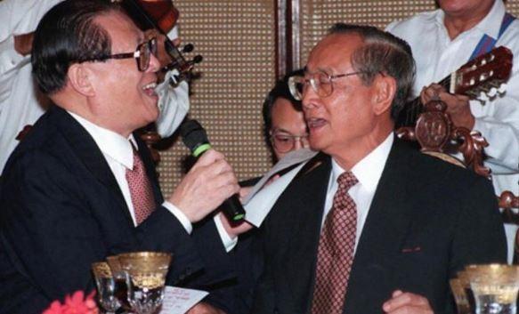 Cựu Tổng thống Philippines Fidel Ramos (bên phải) và cựu Chủ tịch Trung Quốc Giang Trạch Dân cùng hát ở một buộc tiệc chiêu đãi cấp nhà nước tại Dinh Malacanang, Manila, Philippines vào ngày 26/11/2016. Ảnh AFP.