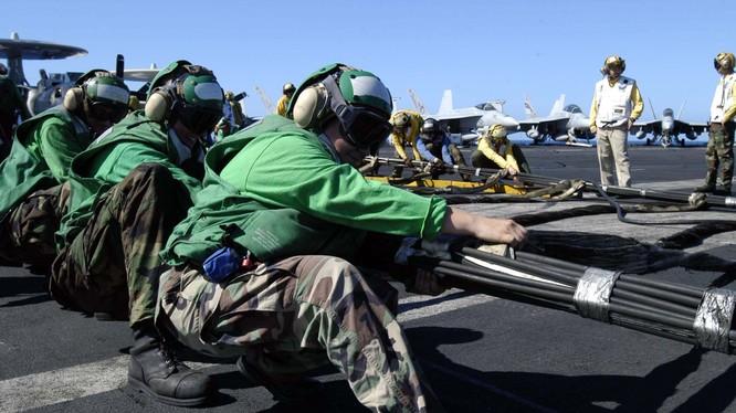 Binh Sỹ trên tàu sân bay Hải quân Mỹ. Ảnh: nationalinterest