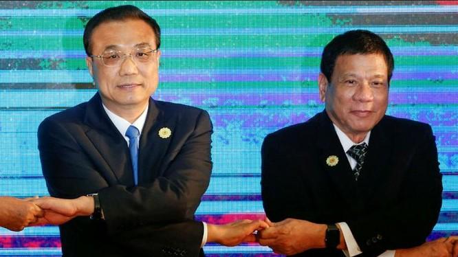 """Ngày 7/9/2016, tại Hội nghị Cấp cao ASEAN-Trung Quốc, Thủ tướng Trung Quốc Lý Khắc Cường và Tổng thống Philippines Rodrigo Duterte """"bắt tay"""". Ảnh: News.abs-cbn.com"""