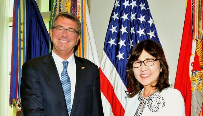 Bộ trưởng Quốc phòng Mỹ Ashton B Carter và Bộ trưởng Quốc phòng Nhật Bản Tomomi Inada. Ảnh: Japantimes