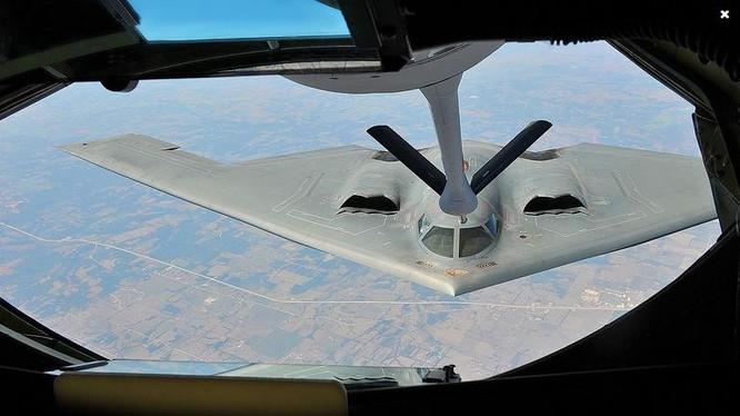 Máy bay tiếp dầu KC-135 Stratotanker tiếp dầu cho máy bay ném bom chiến lược tàng hình B-2 Spirit. Ảnh: Popular Science.