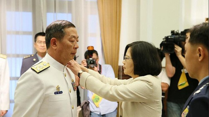 Tư lệnh Hải quân Đài Loan Hoàng Thự Quang và Lãnh đạo Đài Loan Thái Anh Văn. Ảnh: UDN.