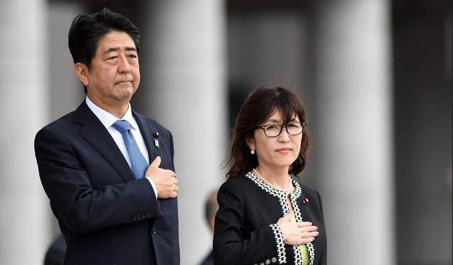 Ngày 12/9/2016, Bộ trưởng Quốc phòng Nhật Bản Tomomi Inada (bên phải) cùng Thủ tướng Nhật Bản Shinzo Abe tham dự một buổi lễ của Lực lượng Phòng vệ Nhật Bản. Ảnh: EPA