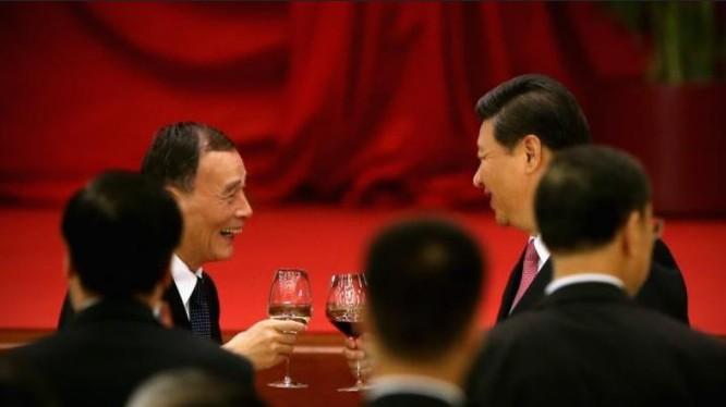 Phó Thủ tướng Trung Quốc Vương Kỳ Sơn và Chủ tịch Trung Quốc Tập Cận Bình. Ảnh: Đại kỷ nguyên.