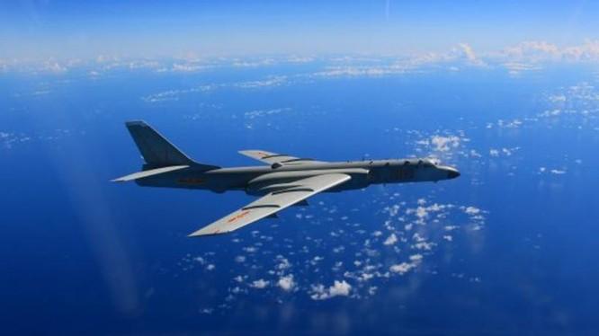 Máy bay ném bom H-6K tham gia huấn luyện ở biển xa. Ảnh: Cankao