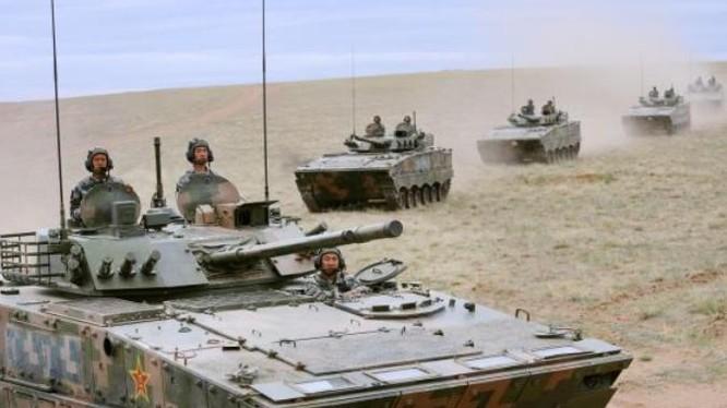Quân đội Trung Quốc tiến hành diễn tập thực binh. Ảnh: Cankao