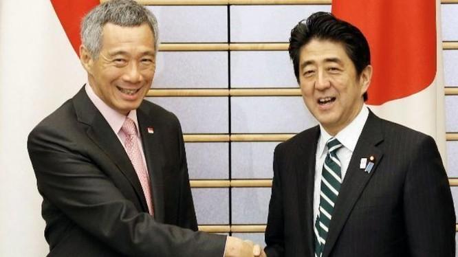 Thủ tướng Singapore Lý Hiển Long và Thủ tướng Nhật Bản Shinzo Abe. Ảnh: AFP