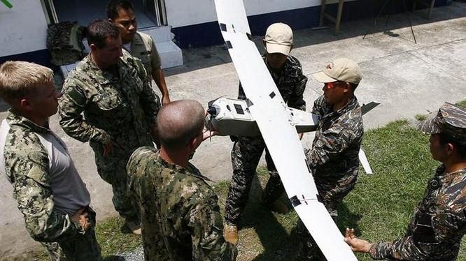 Binh lính Mỹ giảng giải cho binh lính Philippines về cách thức lắp ráp máy bay không người lái. Ảnh: Cankao