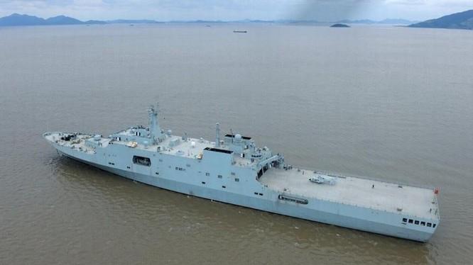 Tàu đổ bộ cỡ lớn Nghi Mông Sơn số hiệu 988 Type 071 Hải quân Trung Quốc (ảnh tư liệu)