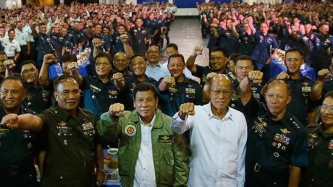 Tổng thống Philippines Rodrigo Duterte và Bộ trưởng Quốc phòng Philippines Delfin Lorenzana (áo trắng).
