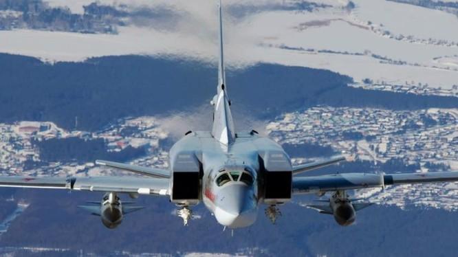 Máy bay ném bom chiến lược tầm xa Tu-22M3 Nga lắp 2 quả tên lửa hành trình AS-6. Ảnh: Sina