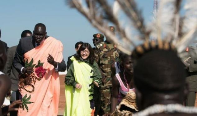 Ngày 8/10/2016, Bộ trưởng Quốc phòng Nhật Bản Tomomi Inada thị sát đơn vị của Lực lượng Phòng vệ Mặt đất ở South Sudan. Ảnh: Cankao