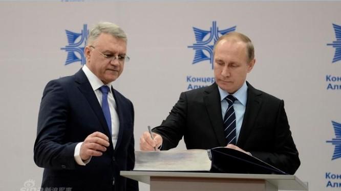 Tổng thống Nga Vladimir Putin kiểm tra tiến độ tên lửa S-400 xuất khẩu cho Trung Quốc. Ảnh: Sina.