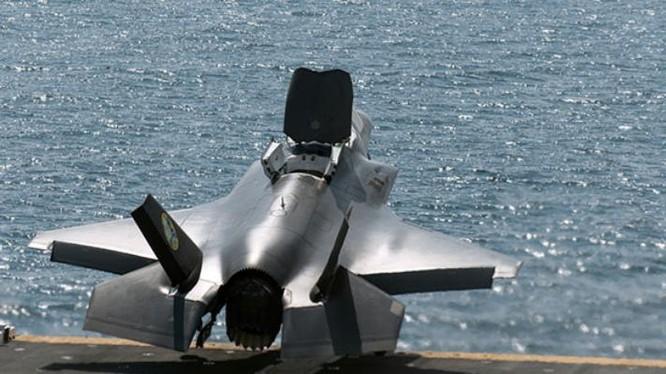 Máy bay chiến đấu tàng hình F-35B cất cánh từ tàu tấn công đổ bộ USS Wasp. Ảnh: cnr.cn