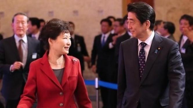 Tổng thống Hàn Quốc Park Geun-hye và Thủ tướng Nhật Bản Shinzo Abe. Ảnh: The Korea Times
