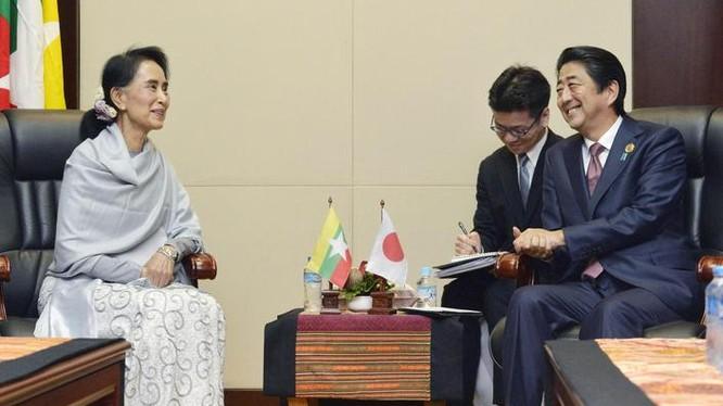 Tháng 9/2016, tại Vientaine, Lào, bà Aung san Suu kyi có cuộc hội đàm với Thủ tướng Nhật Bản Shinzo Abe. Ảnh: The Japan Times