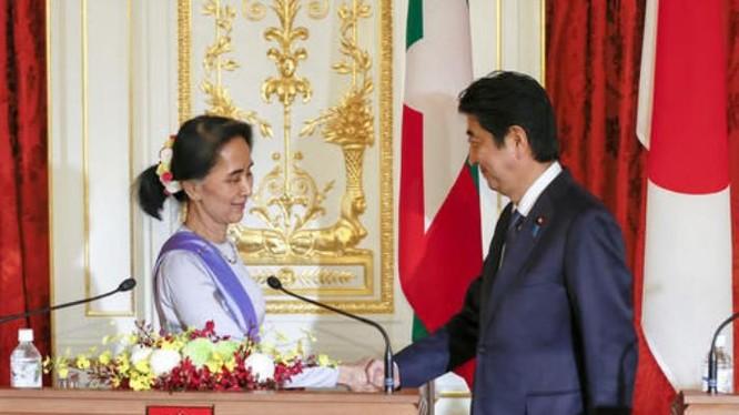 Ngày 2/11/2016, Cố vấn nhà nước kiêm Bộ trưởng Ngoại giao Myanmar, bà Aung San Suu Kyi hội đàm với Thủ tướng Nhật Bản Shinzo Abe. Ảnh: Roanoke Times