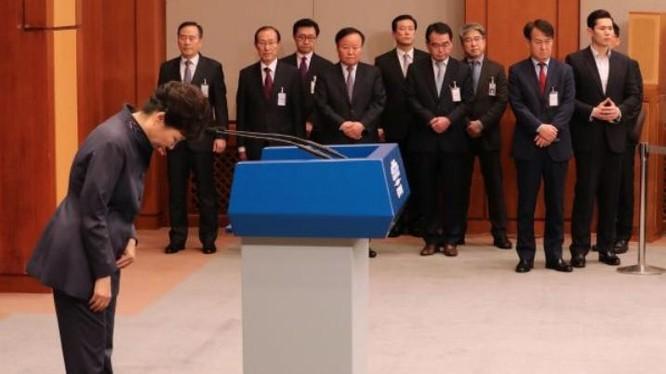 """Ngày 25/10/2016, Tổng thống Hàn Quốc, bà Park Geun-hye bày tỏ xin lỗi người dân Hàn Quốc về vụ bê bối """"thân tín can thiệp triều chính"""". Ảnh: Cankao"""