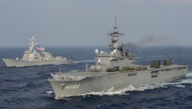 Tàu tấn công đổ bộ Osumi Nhật Bản và tàu Aegis Mỹ trong cuộc tập trận Keen Sword tháng 11/2014 (ảnh tư liệu)