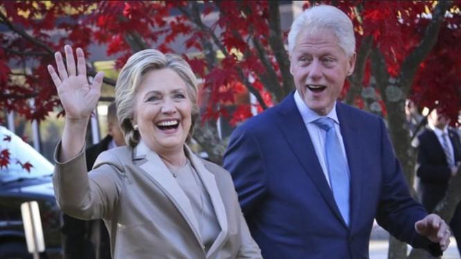 Vợ chồng bà Hillary Clinton. Ảnh: Daily Sun