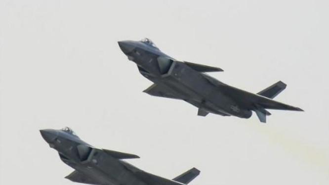 Trung Quốc cho hai máy bay chiến đấu J-20 bay biểu diễn ở Triển lãm hàng không Chu Hải ngày 1/11/2016. Ảnh: Cankao.