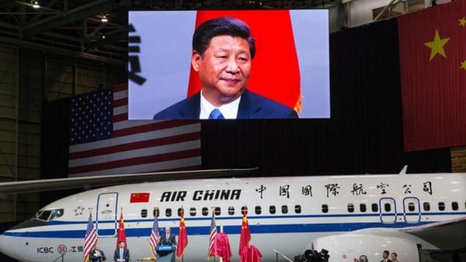 Năm 2015, tại Everett, bang Washington, ông Tập Cận Bình, Chủ tịch nước Trung Quốc xuất hiện trên màn hình lớn, đang chờ phát biểu với các công nhân viên của hãng Boeing. Ảnh: Thời báo New York.
