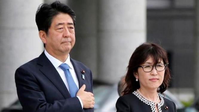Thủ tướng Nhật Bản Shinzo Abe và Bộ trưởng Quốc phòng Nhật Bản Tomomi Inada. Ảnh: QQ