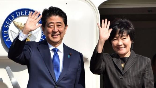 Ngày 17/11/2016, Thủ tướng Nhật Bản và phu nhân đến Mỹ tiến hành hội đàm với Tổng thống đắc cử Donald Trump. Ảnh: New Straits Times