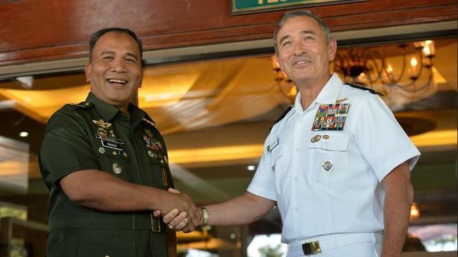 Ngày 22/11/2016 tại Manila, Philippines, Đô đốc Harry B. Harris, Tư lệnh Bộ Tư lệnh Thái Bình Dương Mỹ và tướng Ricardo Visaya, Tham mưu trưởng Quân đội Philippines tiến hành hội đàm.