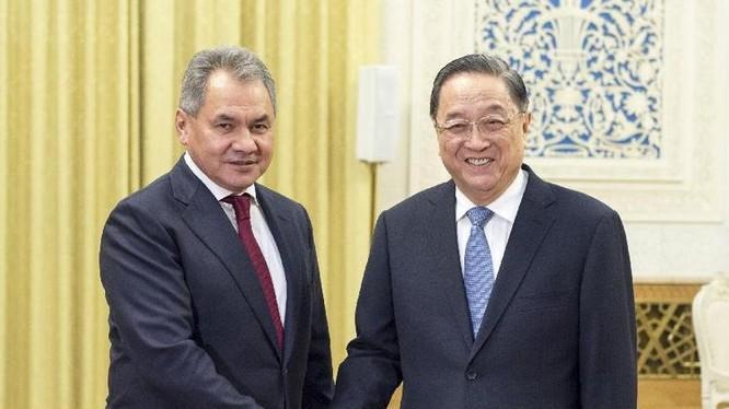 Ngày 23/11/2016, Bộ trưởng Quốc phòng Nga Sergei Shoigu hội kiến với ông Du Chính Thanh, Chủ tịch Chính hiệp Trung Quốc. Ảnh: Tân Hoa xã