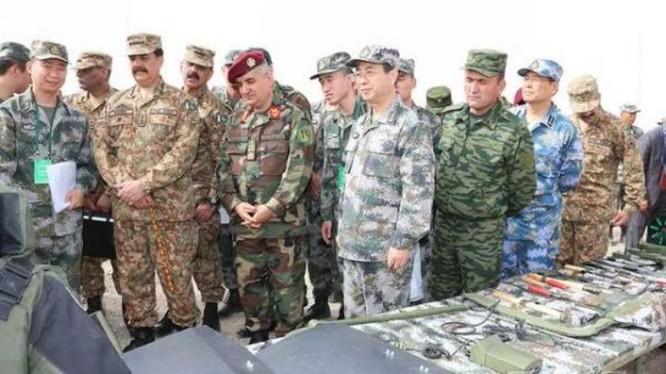 Sáng ngày 3/8/2016, lãnh đạo Quân đội 4 nước Afghanistan, Trung Quốc, Pakistan và Tajikistan quan sát trưng bày trang bị chống khủng bố. Ảnh: Cankao