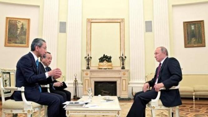 Tổng thống Nga Vladimir Putin trả lời phỏng vấn báo chí Nhật Bản. Ảnh: Cankao