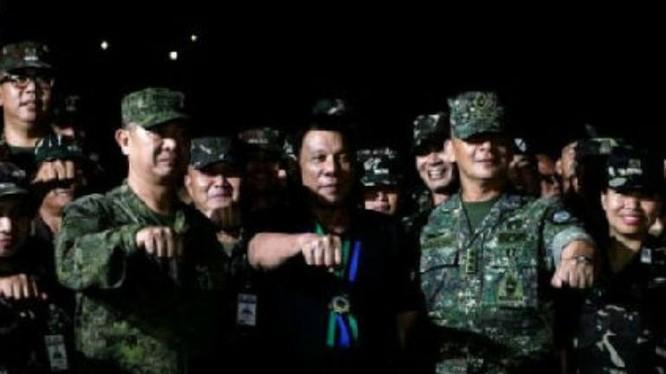 Ngày 11/12/2016, Tổng thống Philippines Rodrigo Duterte thăm một doanh trại quân đội. Ảnh: Cankao