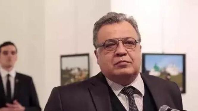 Hung thủ đứng sau lưng Đại sứ Nga tại Thổ Nhĩ Kỳ Andrey G. Karlov. Ảnh: CCTV