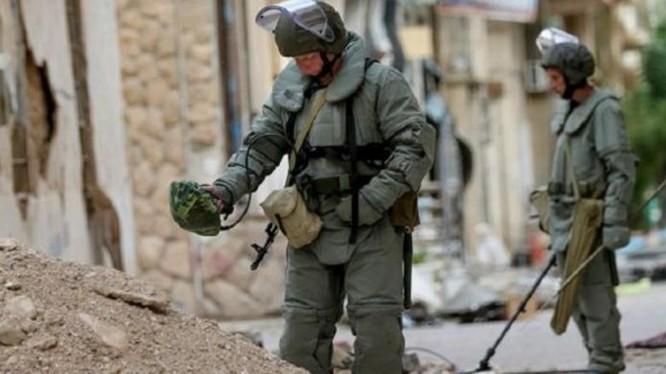 Công binh Nga dò mìn tại Syria. Ảnh: Cankao
