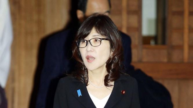 Bà Tomomi Inada, Bộ trưởng Quốc phòng Nhật Bản viếng đền Yasukuni. Ảnh: AP