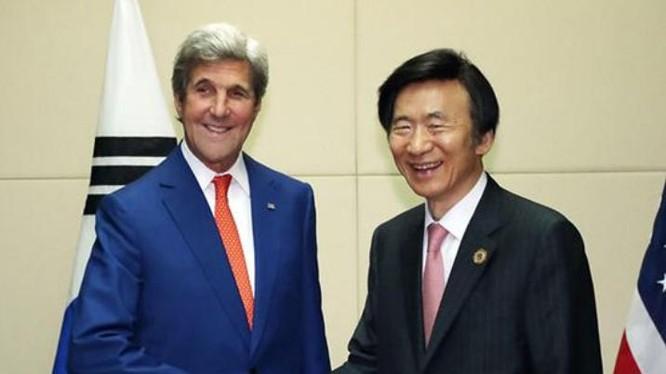 Ngoại trưởng Mỹ John Kerry và Bộ trưởng Ngoại giao Hàn Quốc Yun Byung-se. Ảnh: Sina
