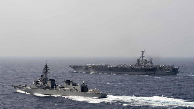 Cụm tấn công tàu sân bay USS John C. Stennis Hải quân Mỹ và Lực lượng Phòng vệ Biển Nhật Bản tiến hành diễn tập ở vùng biển Philippines ngày 23/2/2016. Ảnh: Thời báo Hoàn Cầu
