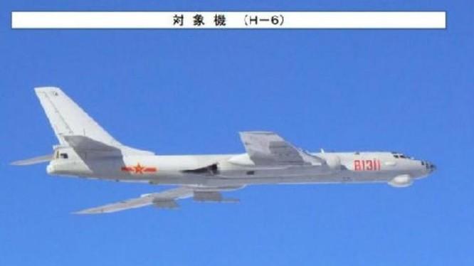 Máy bay ném bom H-6 Trung Quốc bị Lực lượng Phòng vệ Trên không Nhật Bản chụp được. Ảnh: Cankao