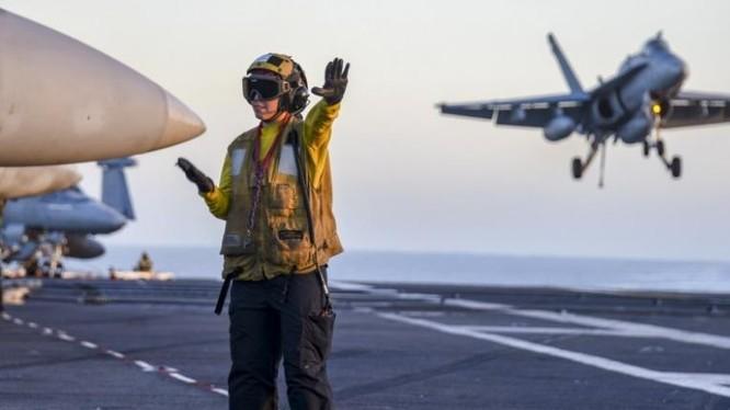 Hoạt động huấn luyện trên tàu sân bay USS Carl Vinson Hải quân Mỹ trên đường đến Tây Thái Bình Dương và Biển Đông. Ảnh: war.163.com