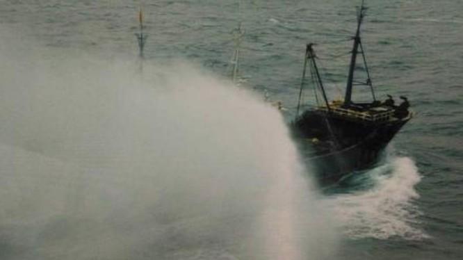 Tàu cá Trung Quốc bị tàu chiến Đài Loan dùng vòi rồng xua đuổi. Ảnh: Sina