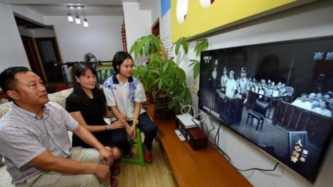 Người dân Trung Quốc xem xét xử các vụ án tham nhũng qua ti vi. Ảnh: Cankao