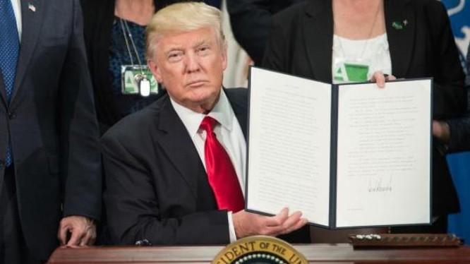 Tân Tổng thống Mỹ Donald Trump vừa ký nhiều sắc lệnh mới. Ảnh: The Independent