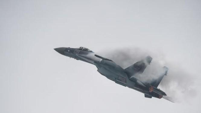 Máy bay chiến đấu Su-35 Nga bay biểu diễn tại Trung tâm Triển lãm hàng không Chu Hải Trung Quốc ngày 10/11/2014. Ảnh: Cankao