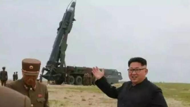 Nhà lãnh đạo Triều Tiên Kim Jong-ul chỉ đạo phóng tên lửa. Ảnh: Thời báo Hoàn Cầu